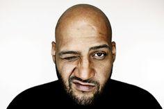 """X-Factor-Juror Moses Pelham mit Band auf Tour 2013 - Nach achtjähriger Plattenpause meldet sich einer der Rap-Vorreiter Deutschlands mit neuem Solo-Album und gleichnamiger Tour (8. Februar bis 3. März 2013) zurück. """"Geteiltes Leid 3"""" (Sony Music, VÖ: 9.11.2012) lautet in beiden Fällen der Titel, mit dem Moses Pelham jenseits seiner Funktion als Juror bei der Castingshow """"X Factor"""" (RTL & VOX) jetzt zum ersten Mal überhaupt unter eigenem Namen live auftritt. Eine neunköpfige Band (inklusive…"""