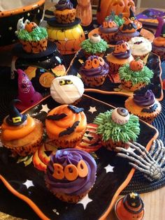 halloween cakes I did a table display of spooky cupcakes Halloween Desserts, Hallowen Food, Soirée Halloween, Halloween Goodies, Halloween Food For Party, Halloween Birthday, Holidays Halloween, Halloween Treats, Holiday Cupcakes