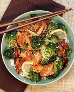 Chicken, Broccoli, and Lemon Stir-Fry  3 tablespoons soy sauce  2 tablespoons rice vinegar  2 tablespoons honey  2 cloves garlic, minced  /2 teaspoon crushed red pepper  1 1/2 pounds boneless, skinless chicken breasts  2 tablespoons canola oil  1 1/2 pounds broccoli  2 teaspoons cornstarch, dissolved in 1 tablespoon water