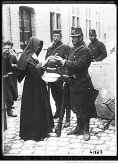 A Haelen une soeur donnant à boire aux soldats : [photographie de presse] / [Agence Rol]