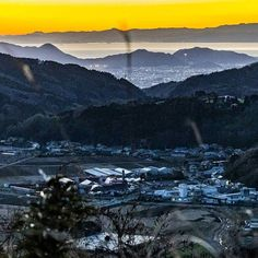 【katharine.style】さんのInstagramをピンしています。 《【山の向こう側】  熱海の帰りに撮影しました📷  この景色を眺めていると、早く家族に会いたくなりました😊  不思議です。  #景色 #夕焼け #夕陽 #夕日 #イマソラ #カコソラ #街並み #町並み #山脈 #山 #生活 #家族 #海 #sea #mountain #日本の良さ #山の向こう側 #景色の向こう側 #おやすみなさい》
