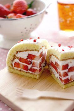 banh dau tay (vietnamese recipe), which means strawberry cake ... Nicely illustrated.