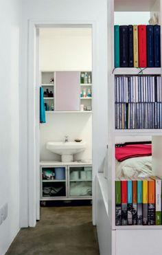 Para evitar gastos extras, Vitor manteve a pia de coluna no banheiro, porém ganhou opções de armazenamento com um armarinho de parede e um gabinete móvel que abraça o lavatório. Gabinete da pia - Modelo Swan (73 x 45 x 55 cm), de MDP com portas de vidro. Tok & Stok, R$ 872. Módulo de parede - Swan (73 x 20 x 58 cm), de MDP, com espelho e prateleiras. Tok & Stok, R$ 399