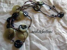 Bottoni striati marrone/nero e bottoni neri  per di nodiEbottoni, $34.00