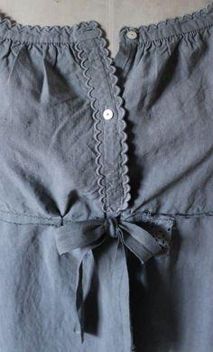 Jolie robe ancien revisitée teintée gris bleuTaille unique Frais de poste 9 euros pour la FranceAutres destinations sur demande