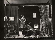 Maskerade, carnaval. Etalage van De Bijenkorf met kostuums voor een bal masqué. De opname is gemaakt zonder kunstlicht. [Amsterdam], Nederland, 1924.