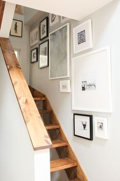 The Everygirl Co-founder Danielle Moss' Chicago Apartment Tour stairway gallery wall Chicago Apartment, Attic Apartment, Minimalist Apartment, Minimalist Decor, Style At Home, Stairway Gallery Wall, Frame Gallery, Art Gallery, Gallery Walls