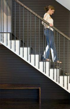décoration escalier en bardage peint noir, rampe en métal et main courante en bois