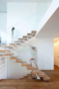 schwebende Holzstufen Ganzglasgeländer Podesttreppe #modern #stairs
