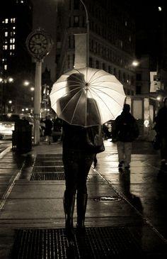 Beautiful street photography at night. Street Photography Tips, Urban Photography, Night Photography, White Photography, Photography Exhibition, Landscape Photography, Contrast Photography, Umbrella Photography, Photography Basics