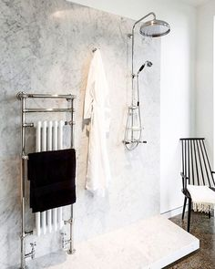 How do you feel about the exposed shower? Would you consider implementing this design into your own bath? And how would you do so? Shower fixture by @perrinandrowe #perrinandrowe #authlux #luxurybath #minimalist #rohlhome