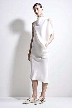 Jil Sander Pre-Fall 2017 Fashion Show Collection Jil Sander, Fashion Week, Fashion 2017, Runway Fashion, Minimal Fashion, White Fashion, Style Minimaliste, Fashion Show Collection, Mode Inspiration