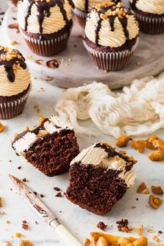 These peanut butter chocolate cupcakes are super moist & topped with an absolutely spectacular peanut butter frosting. The best cupcakes ever. Chocolate Fudge Sauce, Tasty Chocolate Cake, Chocolate Cupcakes, Chocolate Peanut Butter, Chocolate Desserts, Brownie Cupcakes, Vanilla Recipes, Baking Recipes, Muffin Recipes