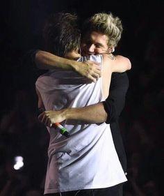 Nouis hug <3