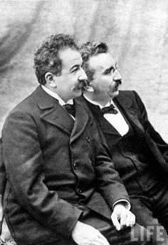 Irmãos Lumière (Auguste Marie Louis Nicolas e Louis Jean, os primeiros cineastas da história. Patentearam o cinematógrafo, que permitiu a visualização simultânea por várias partes. A primeira exibição privada de projecção de imagens em movimento foi por eles feita em 1895.