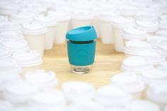 Mit dem stylischen Kaffeebecher aus Borosilikatglas stichst du definitiv aus der Menge hervor :)