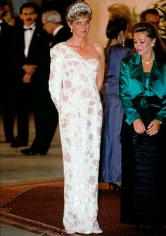 April, Prince Charles & Princess Diana attend a banquet at the Itamaraty Palace during a State visit given by President Fernando Collor & First Lady of Brazil, Rosane Collor. Princess Diana Dresses, Princess Diana Fashion, Princesa Diana, Fernando Collor, Catherine Walker, Estilo Real, Lady Diana Spencer, Princess Of Wales, Real Princess