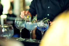 Tips på hur du blandar din bästa Gin & tonic. Gin Och Tonic, Alcoholic Drinks, Beverages, Ipa, White Wine, Vodka, Mango, Glass, Food