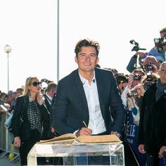 Pin for Later: Orlando Bloom Fait Tourner la Tête de Ses Fans Lors d'un Passage en France
