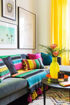 Summer Living Room Trends You Can't Miss Before The Season Ends Living Room Trends, Cozy Living Rooms, Home Living Room, Living Room Designs, Living Room Decor, Bedroom Decor, Mexican Living Rooms, Mexican Bedroom, Mexican Home Decor