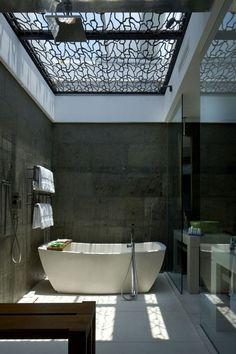 Puits de lumière dans la salle de bains !  http://www.m-habitat.fr/par-pieces/sanitaires/amenager-une-salle-de-bains-parentale-2684_A