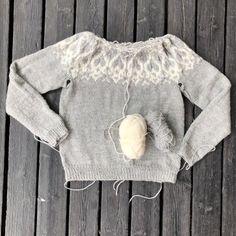 Villapaita neulotaan alhaalta ylös. Tässä on Lina Rönnlundin vaaleanharmaa Strömsö-villapaita, joka on melkein valmis. Knit Crochet, Knitting, Womens Fashion, Sweaters, Crafts, Inspiration, Knits, Paper Pieced Patterns, Biblical Inspiration