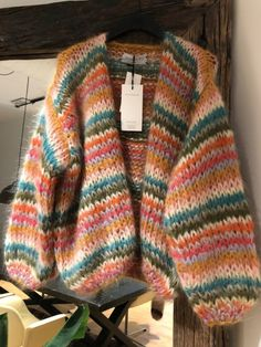 A'poke - Les Tricots Short Cardigan a mano 2019 Knitwear Fashion, Knit Fashion, Mohair Sweater, Knit Cardigan, Mode Ootd, Mode Outfits, Aesthetic Clothes, Get Dressed, Knitting Patterns