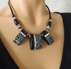 Collier noir et gris au motif marbré, moderne et élégant : Collier par vilicreation