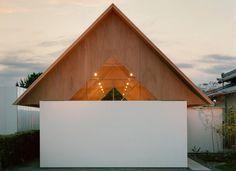 주거프로젝트의 특징은 기존 주거공간과의 연속성을 보장 하는 동시에 개별적인 생활공간 및 휴식공간을 창출한다는 점이다. 대가족과 생활하는 젊은 부부의 사적인 공간 확보를 위한 주거프로젝트는 가족과의 관계, 기존생활공간과의 연계성을 신설된 주거의 측면에서 복도로 연결하며 외형적으로는 전원마을에 유니크한 박공지붕으로 디자인된다. 이러한 외형적 형상은 내부에 설치된 U자 벽을 길이방향으로 연속시키며 V자형..
