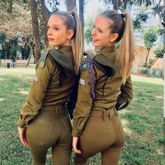 Israel is one of only a few countries in the world with a mandatory military service requirement for women. Idf Women, Military Women, Israeli Female Soldiers, Mädchen In Uniform, Belle Nana, Israeli Girls, Pin Up, Military Girl, Girls Uniforms