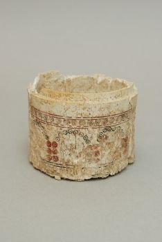 Title/name : Pyxis  Production place : Al-Fudayn, Jordan  Date / period : Seventh-eighth century  Materials and techniques : Ivory, carved, engraved, stamped, pointed  Dimensions : H. 8,8 cm ; D. 9 cm  Conservation town : Amman