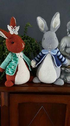 Acryl zeeman/wibra. 70gr per konijn. Haaknaald 2.5. 40-50cm Crochet Baby Toys, Easter Crochet, Crochet Baby Booties, Cute Crochet, Crochet Animals, Crochet For Kids, Crochet Crafts, Yarn Crafts, Crochet Bunny Pattern
