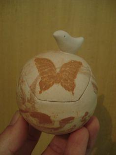 Pote Passarinho e Borboleta, em nerikomi, da série: Porque a minha casa é o meu planeta... - R$ 55,00. Loja virtual: www.artbydarlene.elo7.com.br