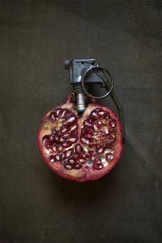 Pomegranate hand grenade by Sarah Illenberger Food Design, Set Design, Poema Visual, Sarah Illenberger, Top Photos, Amazing Food Art, You're Awesome, Strange Fruit, Food Sculpture