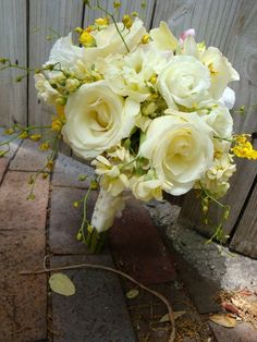 Gorgeous pale yellow bouquet... apparently I really like opened up pale yellow roses, who knew?