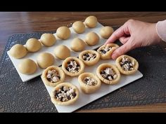 İçi dolu harika kurabiye yemek isterseniz bu parmak ısırtan tarif tam sizlere göre demektir. Bu tatlı tarifi o kadar farklı ki içinde belki inanmayacaksınız ama helva var. İsterseniz helvayı sade yada kakaolu yani evinizde ne varsa onu kullanabilirsiniz. Tek porsiyonluk olarak hazırlanan bu kurabiye tarifini Coconut Recipes, Keto Recipes, Fathead Pizza Crust Recipe, Pizza Cups, Meat Lovers Pizza, Turkey Pepperoni, Salmon Cakes, Few Ingredients, Keto Snacks