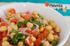 Receita de Salada de grão de bico. Salada de grão de bico com foto, tomate, cebola e coentro.