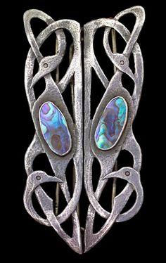 ARTS & CRAFTS Celtic Bird Buckle Silver Abalone H: 8.6 cm (3.39 in) W: 4.3 cm (1.69 in) British, c.1900 Jewelry Crafts, Jewelry Art, Antique Jewelry, Vintage Jewelry, Fine Jewelry, Jewelry Design, Jewlery, Bijoux Art Nouveau, Art Nouveau Jewelry
