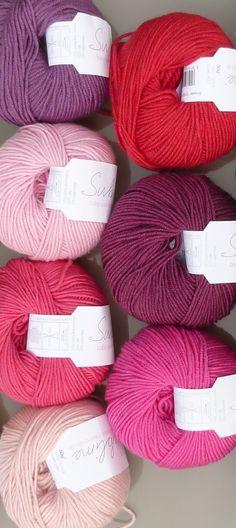Fil à tricoter en mélange mérino, cachemire et soie de la marque Sublime.   La gamme de couleurs de ces très beaux fils anglais est disponible sur www.cachemire-etc.com