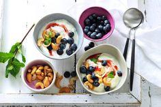 Griekse yoghurt met cashewnoten, blauwe bessen en aardbeienswirl - Recept - Allerhande
