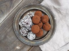 nyttiga chokladbollar Fresh Dates, Healthy Sweets, Coconut Flour, Clean Eating Snacks, Paleo Recipes, Sugar Free, A Food, Delicious Desserts, Food Processor Recipes
