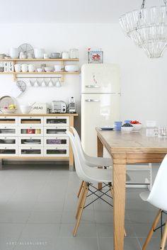 Cocina Blanca y madera de líneas rectas. Alacena con puertas de cristal.