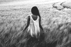 Oh negras noches oscuras ¿me buscáis? Camino entre penumbras segura que no estas, Segura que nunca estuviste quizás ni al caminar ni en mi primera caída ni en mi primer callar.  ¿Seguro estuviste? ¿O eres alguien más? De esos que te hieren, más que un rosal.   De esos que hieren, y hacen llorar, hasta al ser más noble, llamado mamá.  ¿Seguro cambiaras? Estoy cansada ya.