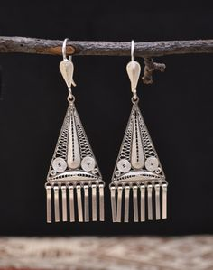 Silver earrings hand made by Ecuadorian artisans, with triangular details and unique design. Very sleek and easy to use.
