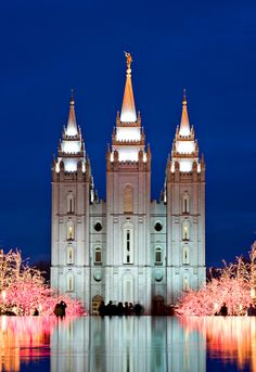 Miss These Top Attractions in Salt Lake City Temple Square lights in Salt Lake City, Utah. Been there and its beautifully breathtaking.Temple Square lights in Salt Lake City, Utah. Been there and its beautifully breathtaking. Mormon Temples, Lds Temples, Temple Square, Temple Pictures, Salt Lake City Utah, Salt Lake Temple, Thinking Day, Le Far West, Place Of Worship