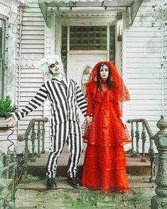 25+ Halloween Costumes For Couples scary, easy, diy 🧡✨CLICK TO READ✨🧡 #halloweencostumes #halloweencouplecostumes #couplecostumesideas #diyhalloweencouplecostumes #halloweencostumesforcouples Celebrity Couple Costumes, Unique Couples Costumes, Disney Couple Costumes, Unique Couple Halloween Costumes, Celebrity Halloween Costumes, Hallowen Costume, Halloween Kostüm, Disney Couples, Celebrity Couples
