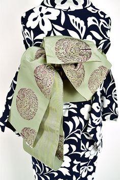 柔らかいグリーンに瀟洒な鷹司牡丹が美しい化繊の半幅帯です。