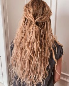 15 Ridiculously Cute Summer Hairstyles (Step-By-Step Tutorials Included) Timeless beach waves are the perfect summer hairstyle! Rock your summer with 15 incredibly cute and super easy summer hairstyles! Whether you're into messy buns, braided updos, or ev Box Braids Hairstyles, Short Bob Hairstyles, Wedding Hairstyles, Indian Hairstyles, Messy Braided Hairstyles, Braided Updo, Boho Hairstyles Medium, Grunge Hairstyles, Messy Braids