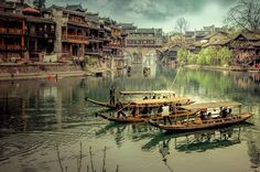 Phoenix Ancient Town is situated in Hunan Province, which is famous for its glorious nature and unique Tianmen mountains.