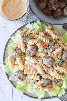 Burger Pastasalat - Pastasalat Med Mini Bøffer Og Burgerdressing Skøn pastasalat for hele familien. Pasta Salad, Tapas, Food And Drink, Mini, Snacks, Ethnic Recipes, Dinner Ideas, Drinks, Kitchen